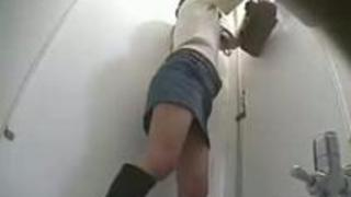盗撮バレエロ動画!複数名の美女の和式トイレでおしっこする姿を盗撮!