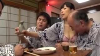 【人妻3P】淫乱なHな30代の人妻熟女の3P中出しプレイエロ動画。【pornhub動画】