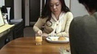 JAV英語の字幕で無修正:母親は息子の息子を離れる前に贈る