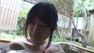 屋外温泉浴中の字幕日本のレズビアンの前戯