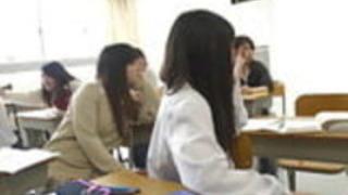 極端な顔をしている地獄の日本の学校