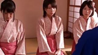 小柄女王様日本の着物の女の子が男にジャンプ