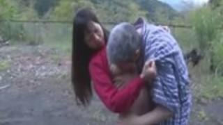 アジアの女の子は彼女の猫なめを取得し、オールドマンスペルマ尻屋外ATによってファック