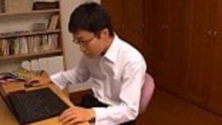 日本の男の子が強制的に彼の友人を招待する日本の熟女教師Pornallday.com