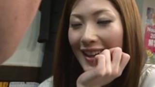 居酒屋でスレンダーの小野紗里奈がカンターで隣になった男のチ○ポを手コキする