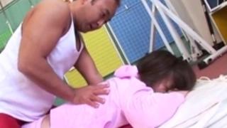 ナスナ・オトイは、彼女の穴のそれぞれにコックを受け取ります